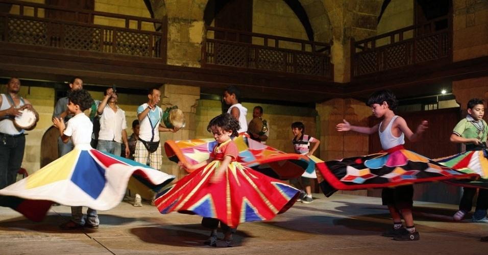 11.jun.2012 - Crianças praticam passos de dança durante aula de teatro na cidade do Cairo, no Egito, nesta segunda-feira (11)