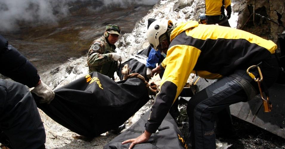 11.jun.2012 - Equipe de resgate retira corpos de vítimas de acidente com helicóptero em Hualla Hualla, no Peru