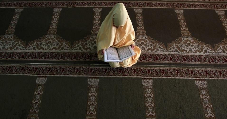 11.jun.2012 - Jovem árabe lê versos do Alcorão durante aula em mesquita de acampamento para refugiados na Cidade de Gaza, na Palestina