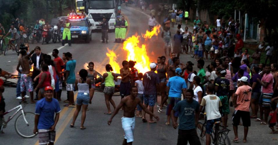 11.jun.2012 - Moradores de Tapera, no Rio de janeiro, interditaram a rodovia BR-101 no início da noite desta segunda-feira (11), com móveis e entulho queimado. Os manifestantes exigiam a entrega de casas populares por parte do governo