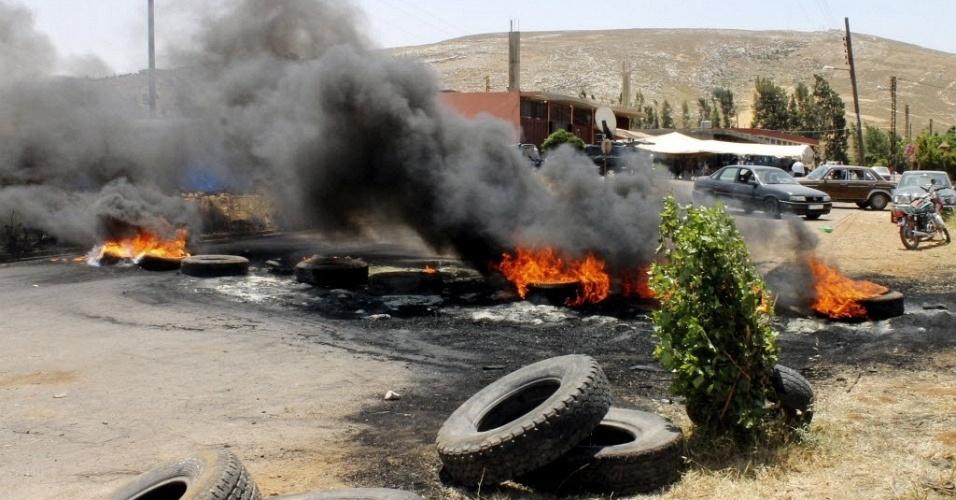 11.jun.2012 - Moradores de vila síria protestam contra rapto de apoiador da oposição pelas forças do regime