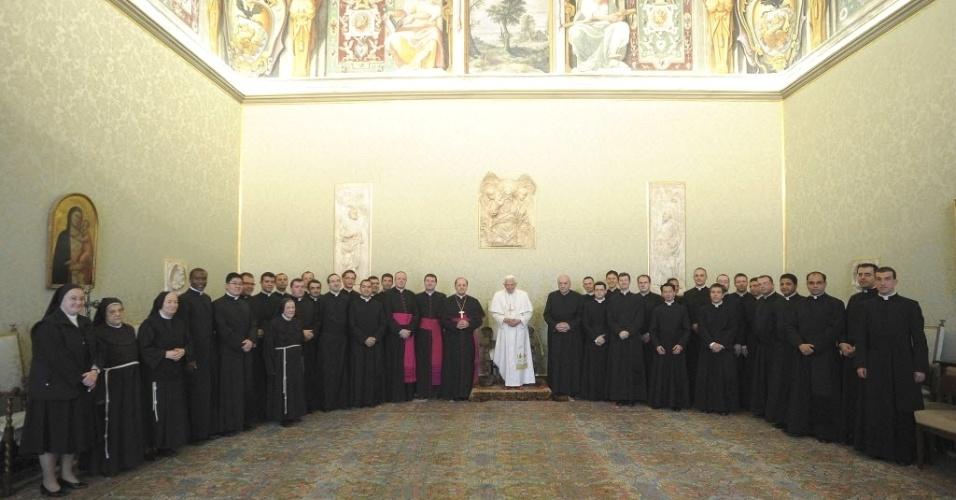 11.jun.2012 - Papa Bento 16 e integrantes da Academia Pontífice Eclesiástica, em encontro no Vaticano