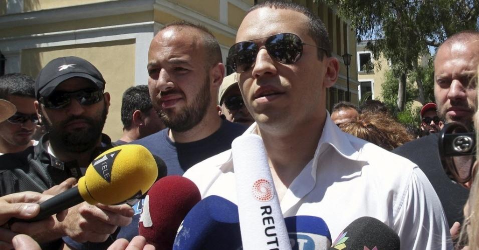 11.jun.2012 - Porta-voz do partido neonazista Aurora Dourada, que agrediu duas mulheres ao vivo em programa de TV
