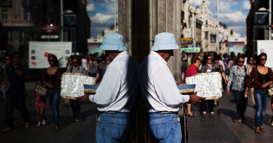 11.jun.2012 - Português pede esmola em distrito commercial de Madri, na Espanha, em meio à crise financeira que assola o país