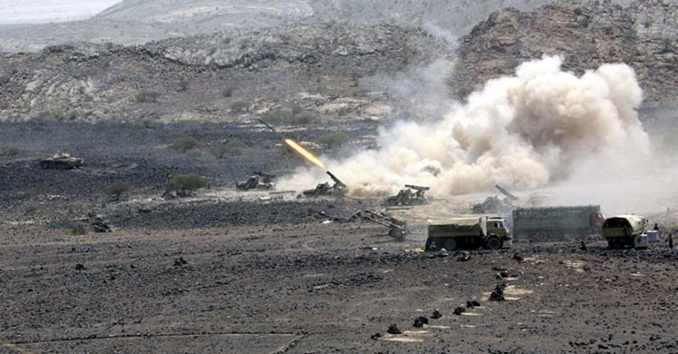 11.jun.2012 - Veículos iemenitas disparam contra postos da Al Qaeda na província de Abyan, no Iêmen