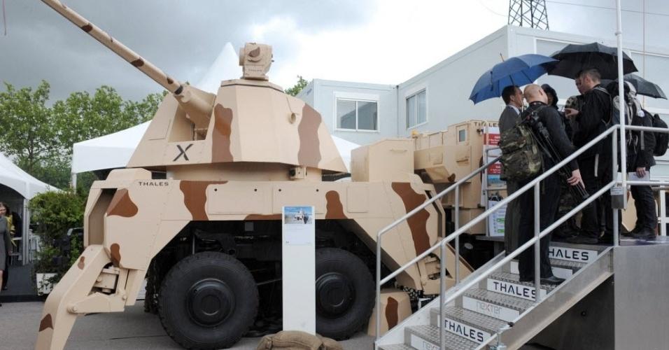 11.jun.2012 - Visitantes observam veículo móvel de combate em feira de segurança na França
