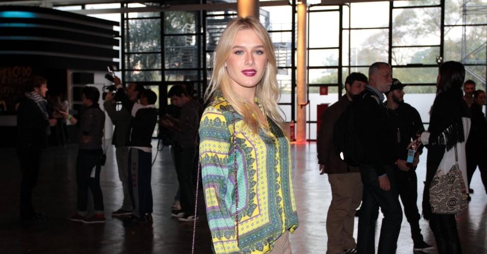 A atriz Fiorella Mattheis confere o primeiro dia de desfiles da São Paulo Fashion Week (11/6/12)