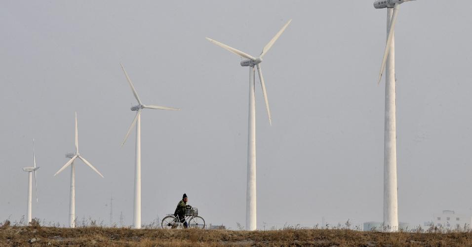 """A delegação da China organiza no dia 16 de junho um evento oficial para mostras """"os progressos e as expectativas"""" da China quanto ao tema de sustentabilidade. Um dos maiores poluidores do mundo, o país investe pesado em tecnologias de energia limpa desde 2007. O termo """"economia verde"""", objeto de dicussão na Rio+20, faz parte do 12º Plano Quinquenal Chinês, que vai orientar investimentos do Estado no período de 2011 a 2015"""