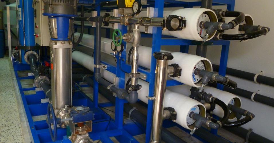 A fazenda Saic usa a tecnologia de osmose reversa para criar um campo magnético e separar a água do sal. São produzidos 700 m3 de água por dia