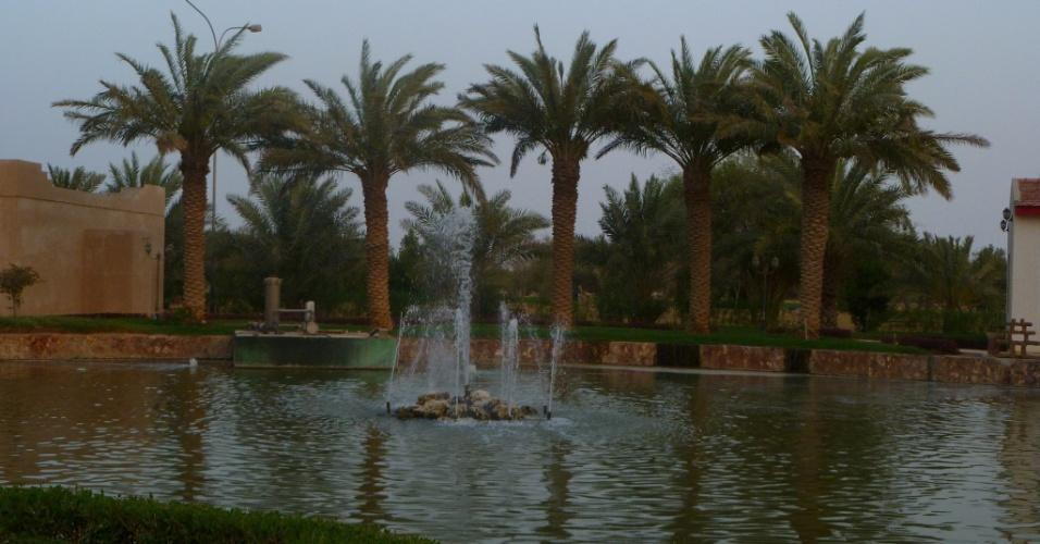 Apesar da escassez de água no país, é comum ver chafarizes e lagos pelas ruas