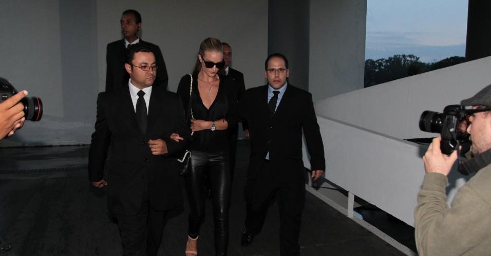 Após desfilar pela grife Animale, a modelo Rosie Huntington-Whiteley deixa o Pavilhão da Bienal, onde acontece a São Paulo Fashion Week (11/6/12)