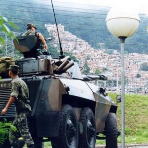 Carro blindado do Exército vigia as proximidades da favela da Rocinha, durante ECO-92 -  Luciana Whitaker/Folhapress
