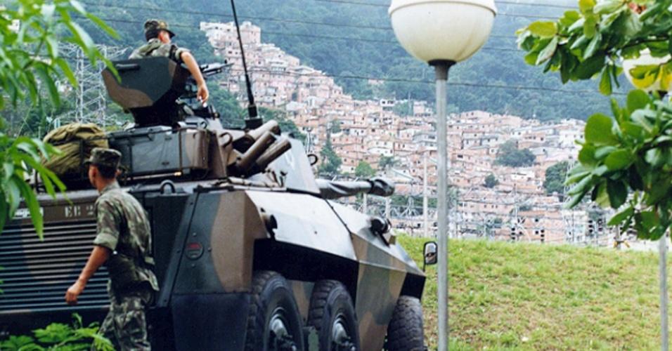 Carro blindado do Exército vigia as proximidades da favela da Rocinha, na zona sul do Rio de Janeiro (RJ), ponto considerado estratégico ao esquema de segurança implantado especialmente para a Eco-92, conferência ambiental que tem início no dia 03 de junho de 1992. (Rio de Janeiro, RJ, 01.06.1992.