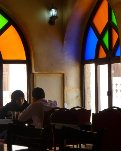 Casal toma café da manhã em Doha