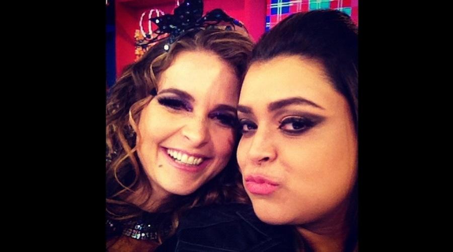 Com figurino de Chayene, Cláudia Abreu posou para foto ao lado de Preta Gil (11/6/12)