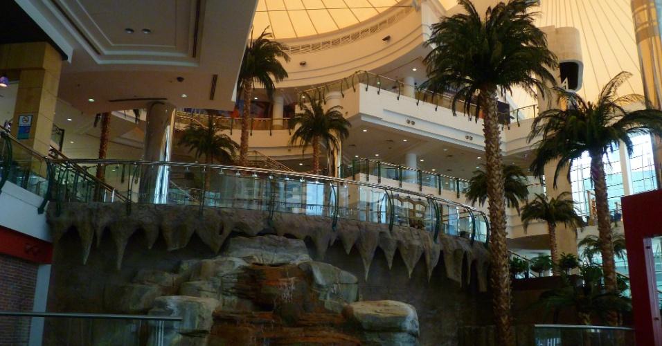 Doha é repleta de shoppingcenters. Este é um deles que tem uma fonte e coqueiros na entrada