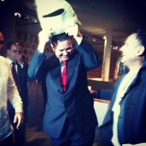 O prefeito de São Paulo, Gilbero Kassab, experimenta máscara criada pelo projeto A Gente Transforma, organizado por Marcelo Rosenbaum e em exposição no SPFW (11/06/2012) - Fernanda Schimidt/UOL