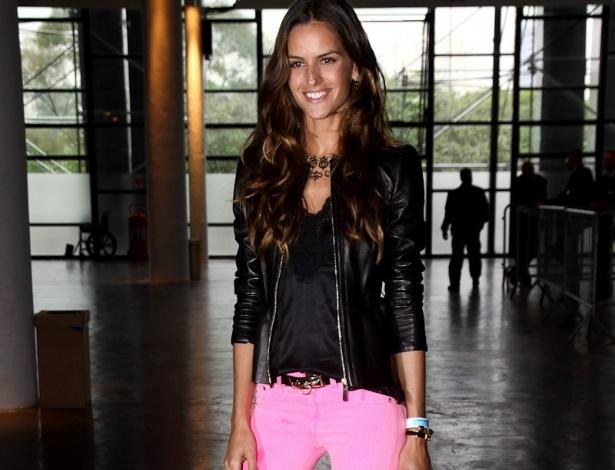 Izabel Goulart esbanja alegria em calça pink na chegada ao Parque do Ibirapuera para a SPFW Verão 2013 (11/6/12)