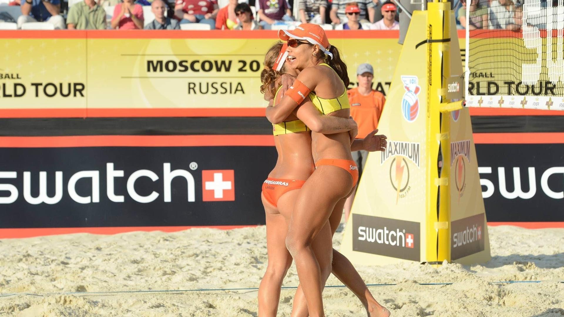 Juliana e Larissa comemoram ponto na etapa de Moscou do circuito mundial de vôlei de praia
