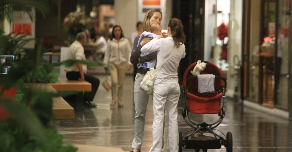 Luana Piovani passeou com o filho Dom, de dois meses, em um shopping da zona sul do Rio (11/6/12)