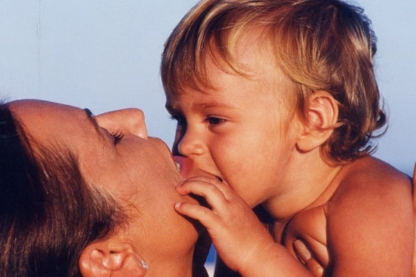 Luiza Brunet relembra o passado e divulga foto com o filho ainda bebê