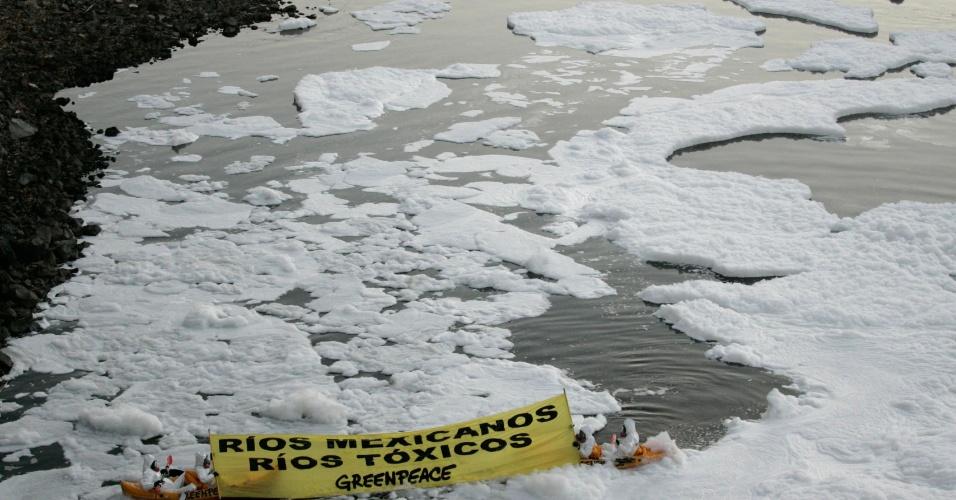 mar.2012 - Ativistas do Greenpeace fazem protesto no rio Santiago, no México, poluído por substâncias tóxicas despejadas por empresas da região
