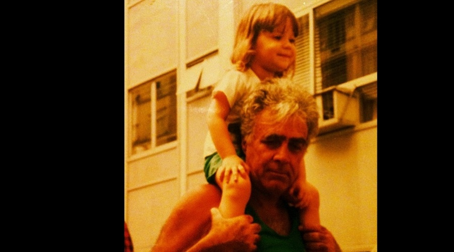 Nathalia Dill divulgou uma foto sua no ombro do seu avô (11/6/12)