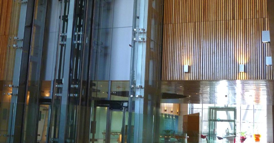 Os prédios no Qatar costuma ter pé direito alto e potentes ar condicionados, mas o prédio de Pesquisa e Desenvolvimento traz sistema que sai do chão, assim só precisa resfriar a parte inferior, onde as pessoas convivem