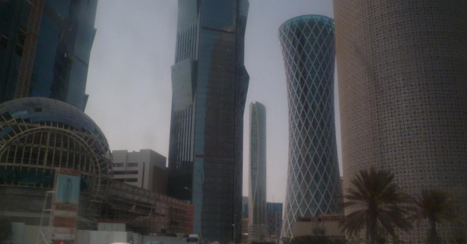 Prédios com arquitetura moderna e em sua maioria espelhados são maioria no centro comercial de Doha, capital do Qatar