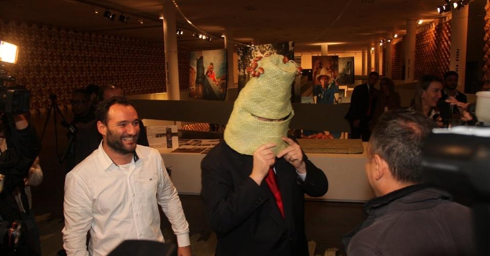 Prefeito de São Paulo Gilberto Kassab veste máscara criada do projeto A Gente Transforma, de Marcelo Rosenbaum (11/6/12)