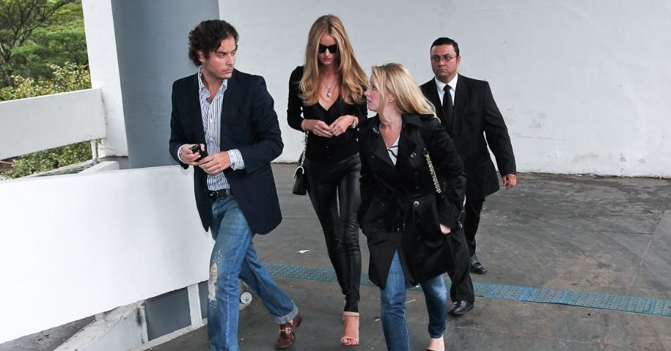 Rosie Huntington-Whiteley chegou ao Parque do Ibirapuera cercada de assessores e seguranças (11/6/21)