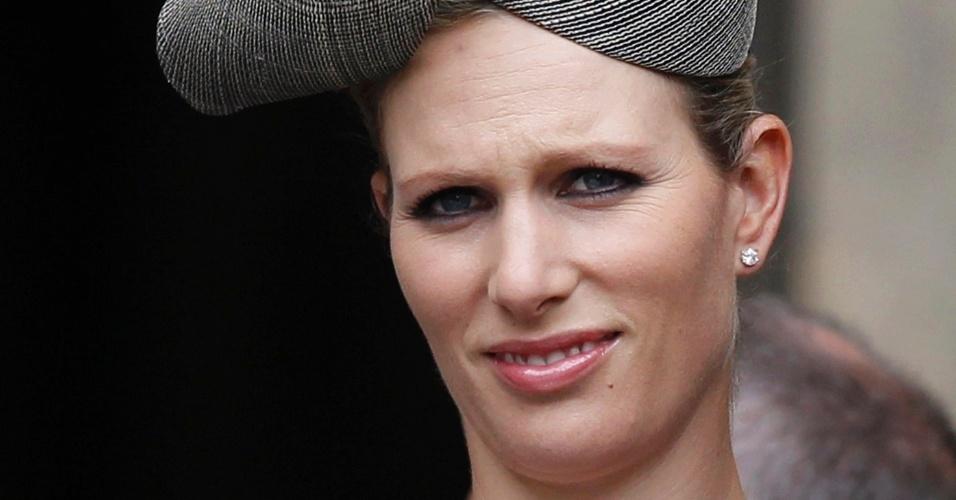 Zara Phillips, atleta do hipismo e neta da rainha Elizabeth, com um chapéu inusitado no Jubileu de Diamante, que comemora 60 anos de reinado