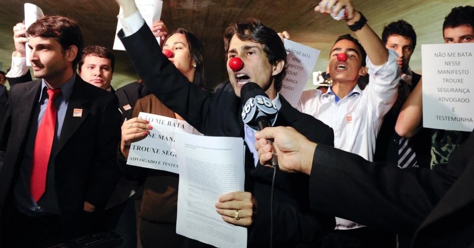 12.jun.2012 - Estudantes da cidade de Itubiara (GO) colocaram narizes de palhaço para protestar contra o governador de Goiás, Marconi Perillo (PSDB). O governador depõe hoje na CPI do Cachoeira, onde é questionado sobre a venda de uma casa em Goiás