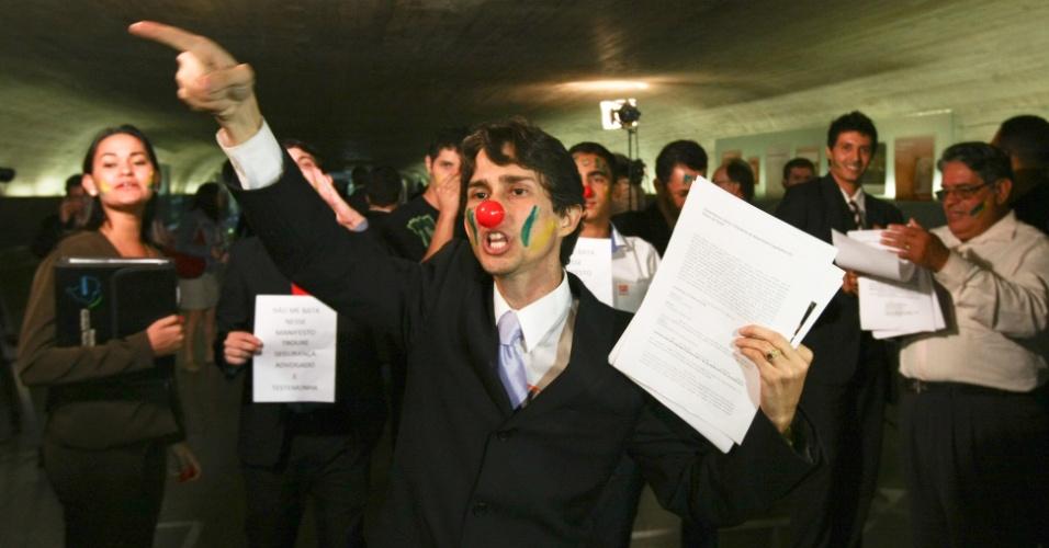 12.jun.2012 - Estudantes da cidade de Itumbiara (GO) colocaram nariz de palhaço para protestar contra o governador de Goiás, Marconi Perillo (PSDB), no Congresso, em Brasília