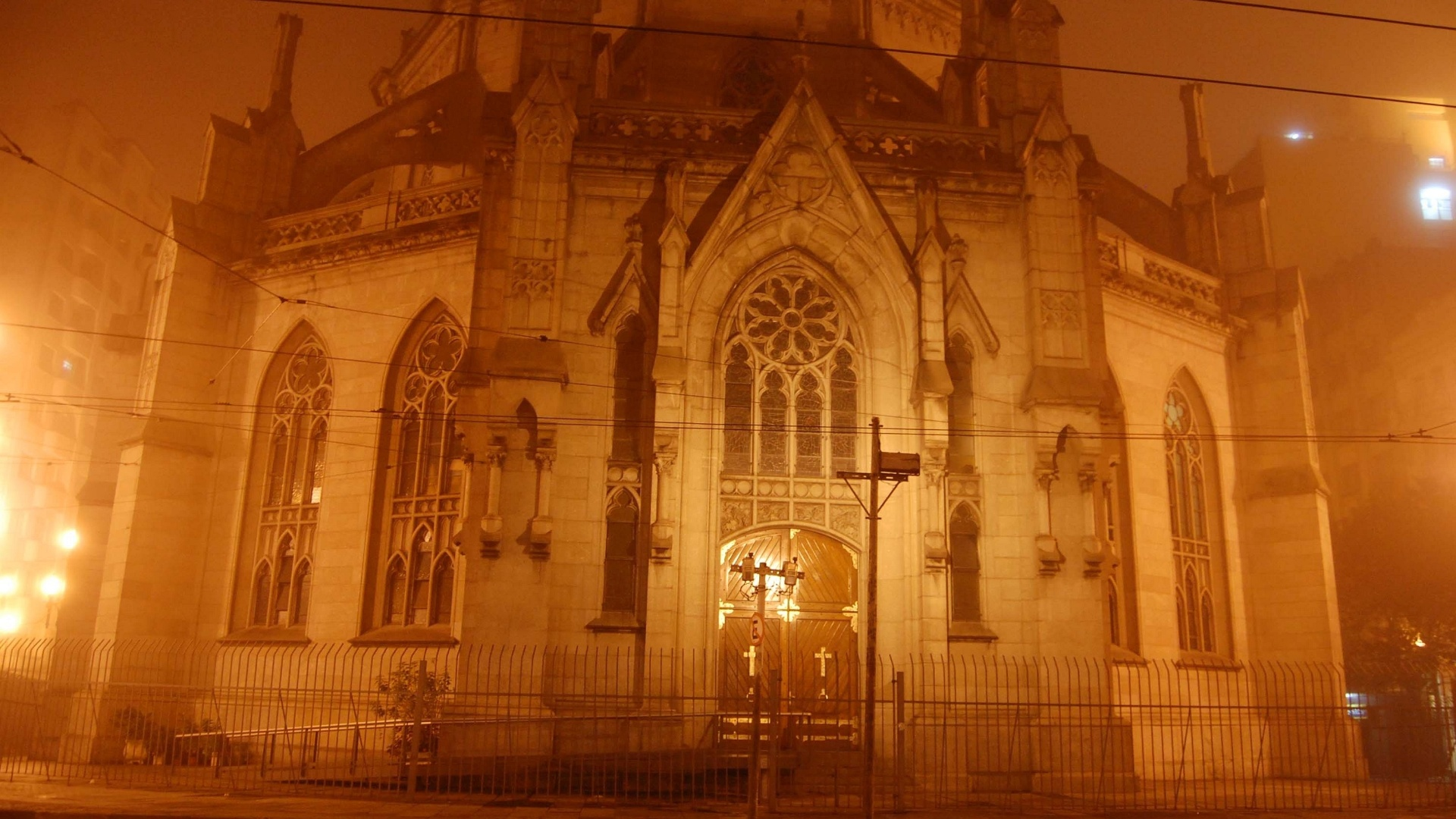 12.jun.2012 - Neblina na Catedral da Sé, na região central de São Paulo