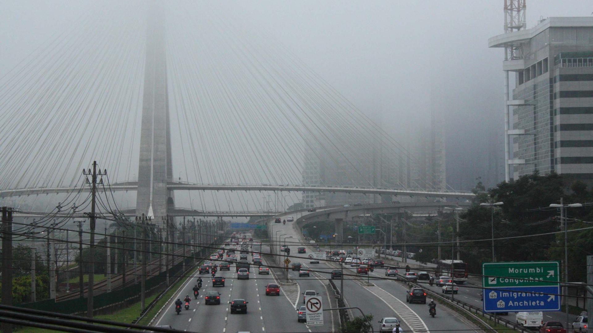 12.jun.2012 - Neblina na Ponte Estaiada, no Morumbi, zona sul de SP