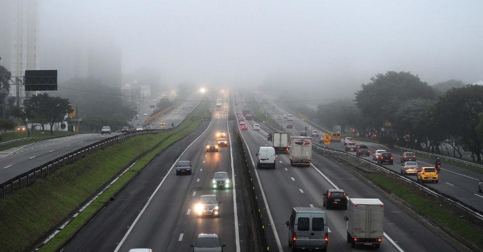 12.jun.2012 - Neblina no km 149 da Rodovia Dutra, em São José dos Campos (SP)