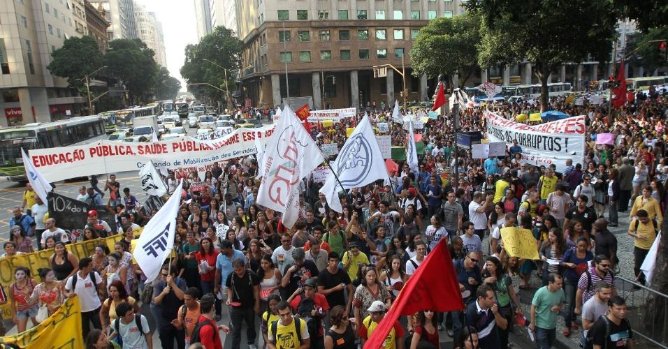 12.jun.2012 - No Rio de Janeiro, também houve protesto de alunos e professores. Os manifestantes ocuparam parte da avenida Rio Branco, no centro da cidade, e seguiram até a Praça 15, na mesma região. No Estado, todas as universidades federais aderiram à greve. No total, são 48 instituições paradas, além de cinco institutos federais