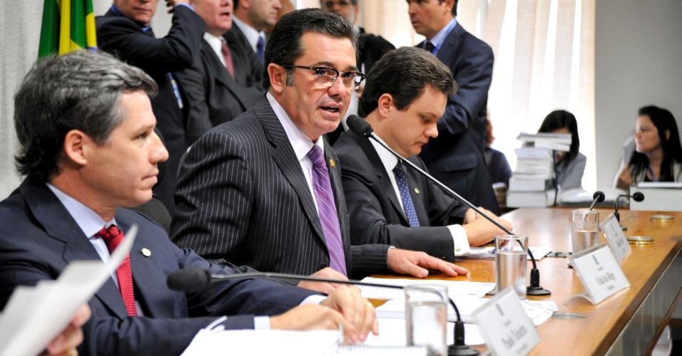 12.jun.2012 - O senador Vital do Rêgo (PMDB-PB), ao centro, fala durante sessão da CPI do Cachoeira, a qual preside, nesta terça. A bancada composta por Rêgo e o vice-presidente da CPI, deputado federal Paulo Teixeira (PT-SP), à esquerda, e o relator da CPI, deputado federal Odair Cunha (PT-MG), à direita, ouviu o governador de Goiás, Marconi Perillo (PSDB)
