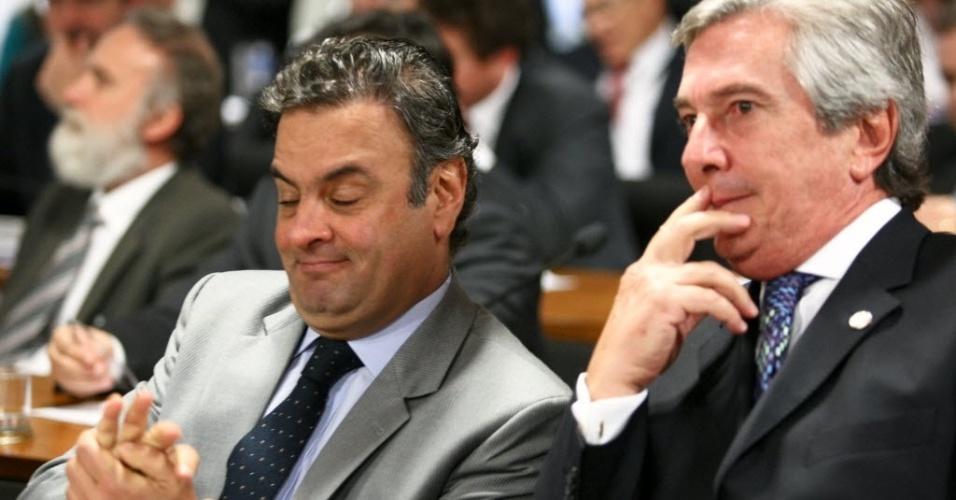 12.jun.2012 - Os senadores Aécio Neves (PSDB-MG), à esquerda, e Fernando Collor (PTB-AL) conversam durante o depoimento do governador de Goiás, Marconi Perillo (PSDB), na CPI do Cachoeira