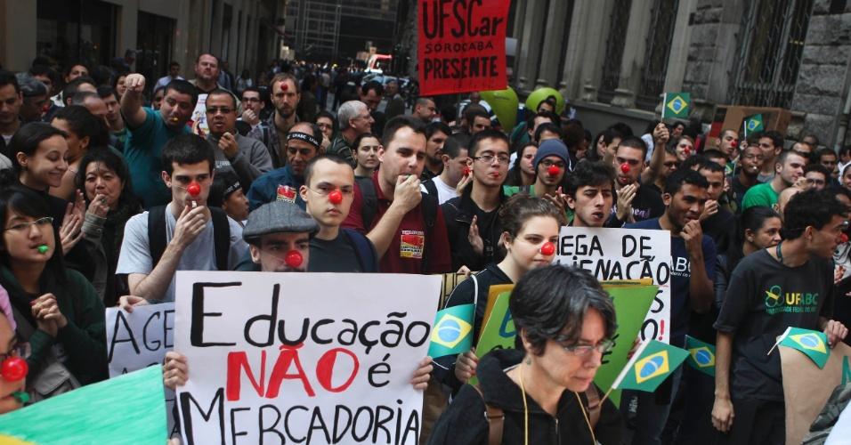 12.jun.2012 - Professores, servidores e estudantes da UFABC (Universidade Federal do ABC) e da Unifesp (Universidade Federal de São Paulo) fizeram nesta terça-feira um novo protesto nas ruas do centro de São Paulo. Professores de pelo menos 48 universidade federais estão em greve por todo o país, além de cinco institutos federais de ensino