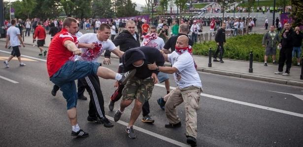 Torcedores poloneses e russos brigaram antes de jogo entre as duas equipes