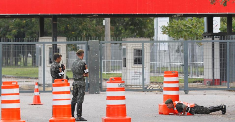 12.jun- Soldados do Exército e fuzileiros fazem a segurança no portão de entrada do Riocentro, local por onde passarão as delegações dos países participantes da Rio+20
