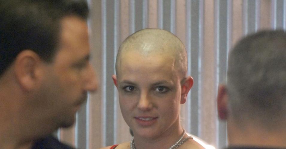 A cantora Britney Spears resolveu raspar os cabelos por conta própria após transtornos psicológicos em 2007 (12/6/12)