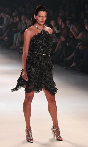A modelo e apresentadora Fernanda Motta desfila pelo grife Iódice no SPFW Verão 2013 (12/6/12)