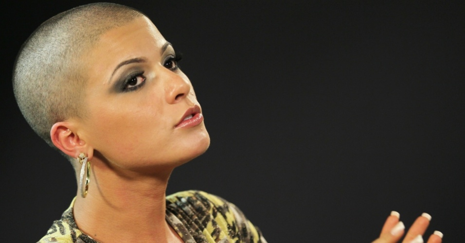 A panicat Babi Rossi raspou os cabelos ao vivo durante exibição do programa