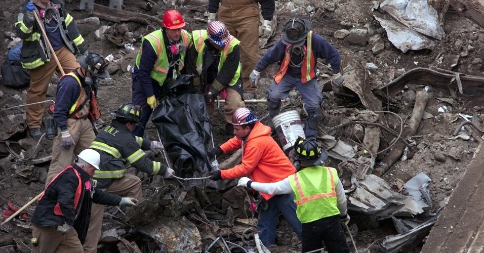 """Bombeiros auxiliam no trabalho de retirada dos escombros no local do World Trade Center, em Nova York, em 12 de março de 2002. Recente decisão abriu caminho para que 50 diferentes tipos de câncer fossem incluídos à lista de doenças cobertas por um fundo criado exclusivamente para compensar as pessoas que foram """"afetadas"""" pelo atentado terrorista de 11 de Setembro"""