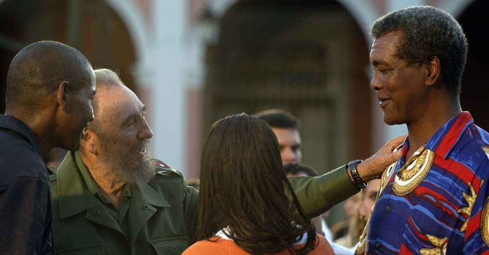 Boxeador Teofilo Stevenson é cumprimentado por Fidel Castro, então presidente de Cuba, em uma ato político na cidade de Cárdenas, em 2005