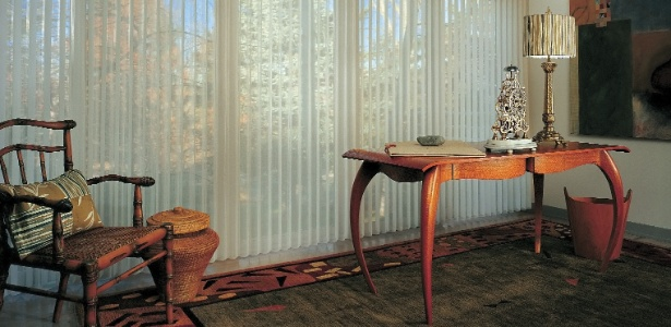 Cortinas e persianas permitem a entrada de luz natural e protegem os ambientes da luminosidade excessiva - Divulgação