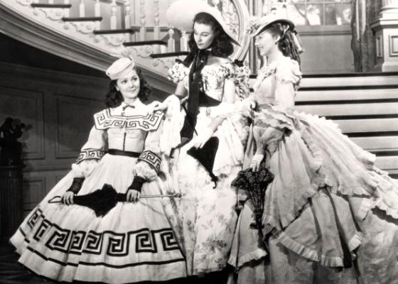 "Da esquerda para direita: Ann Rutherford, Vivien Leigh, como Scarlett O`Hara e Evelyn Keyes, em ""E o Vento Levou"""